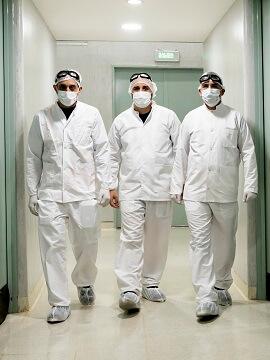 laboratorio con tres tecnicos